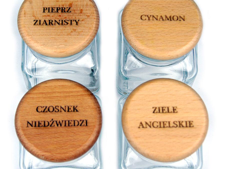 Etykiety na przyprawy wygrawerowane laserem na drewnianych pokrywkach słoików
