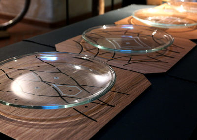 Eleganckie talerze z drewnianymi podstawkami