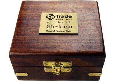Idealny pomysł na prezent. Złota tabliczka z wygrawerowanym tekstem, logo lub dowolną grafiką do przyklejenia na przykład na eleganckim, drewnianym pudełku.