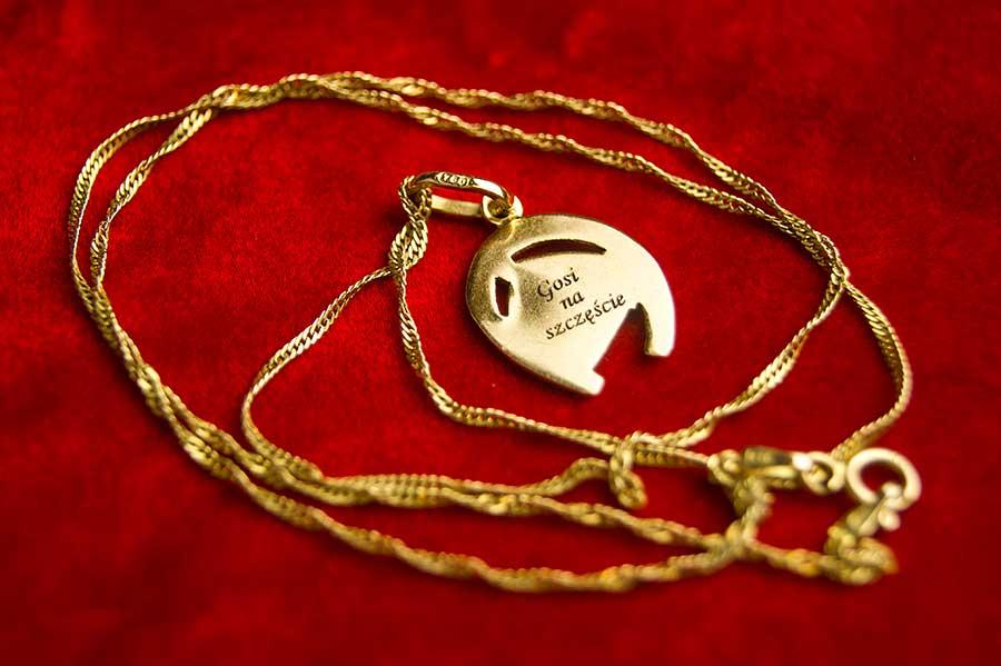 Grawerowanie biżuterii laserem: złoty wisiorek