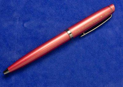 Ciekawa dedykacja na eleganckim długopisie idealnie nadaje się na prezent