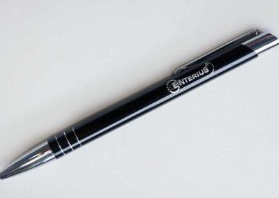 Logo firmowe wygrawerowane na długopisie to doskonały gadżet firmowy