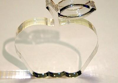 Kształt jabłka wycięty laserem w pleksi o grubości 10 mm