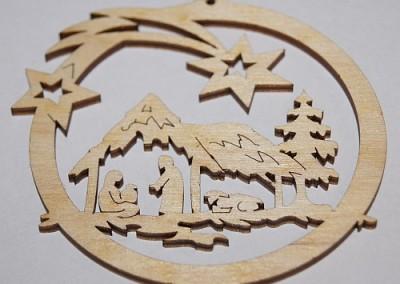 Ozdoba świąteczna wycięta i wygrawerowana laserem w sklejce