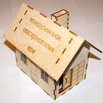 Skarbonka w formie domku wycięta laserem w sklejce