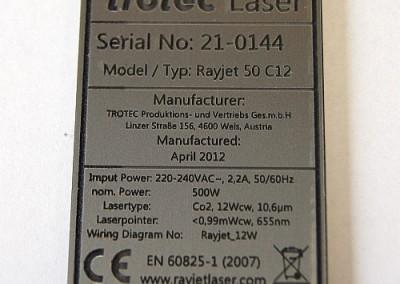 Tabliczka znamionowa wycieta i wygrawerowana laserem na laminacie grawerskim