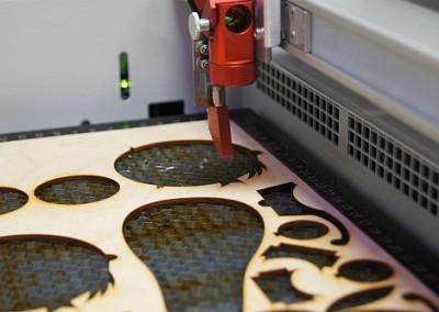 Proces wycinania laserem w sklejce