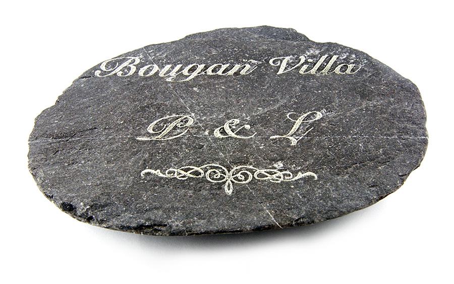Kamień z wygrawerowanym napisem i grafiką
